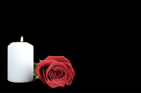 White candle and red rose isolated on black background 版權商用圖片