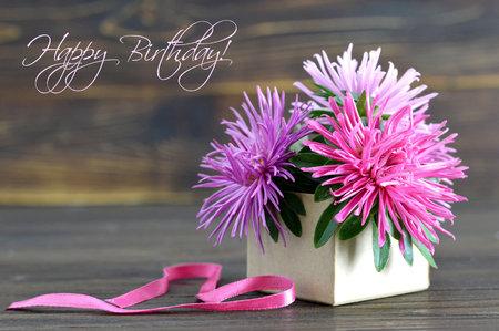 선물 상자에서 배열하는 꽃과 생일 축하 카드