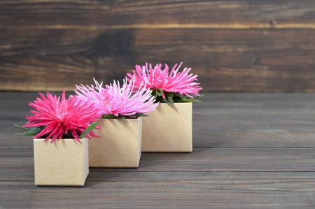 木製の背景にピンクの花