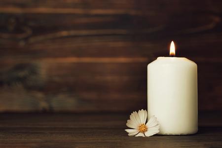 Biglietto di condoglianze con candela accesa bianca e fiore