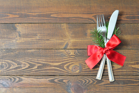Christmas silverware on wooden table Standard-Bild - 116889364