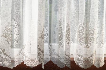 Kanten gordijn voor het raam
