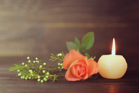 Brennende Kerze und Blumen Standard-Bild