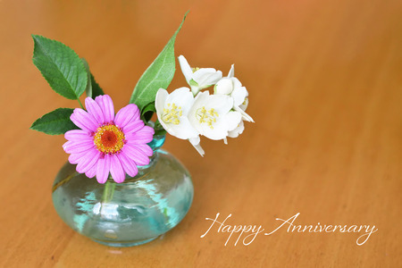Happy Anniversary card with daisies in vase Imagens