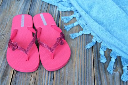 Flip flops on wooden background Imagens