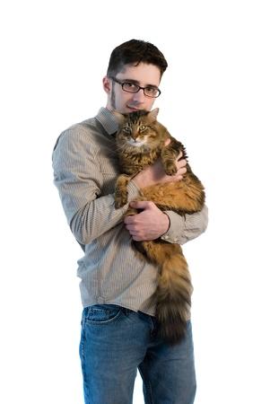 maine cat: Un hombre adulto joven sobre fondo blanco aislado, sosteniendo su big maine coon cat