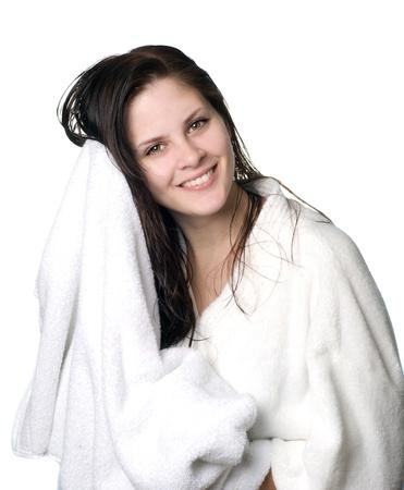 femme baignoire: Une jeune femme aux cheveux mouill� en robe blanche essuie-tout off apr�s une douche.