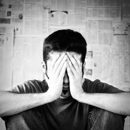 hombre preocupado: Un joven abrumado por la mala noticia.