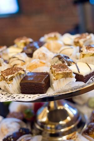 brownie: Una bandeja de postres en una fiesta con golosinas diversas.