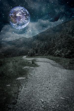 夜の空の惑星で山の道
