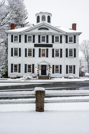 coronas de navidad: Edificio colonial Nevado
