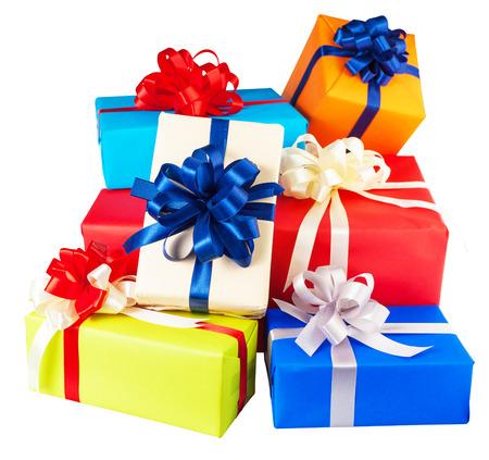 Stapels van geschenkdozen verpakt in kleurrijke papier, lint, boog, geïsoleerd op wit. voor verjaardag, nieuw jaar, geboorte dag Stockfoto