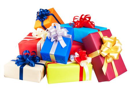 dar un regalo: Los montones de cajas de regalos envueltas en papel de colores, cinta, arco, aislado en blanco. para el aniversario, año nuevo, día del nacimiento Foto de archivo