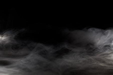 humo: Resumen niebla o humo del movimiento sobre fondo de color negro