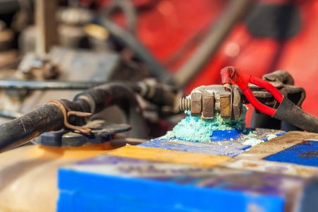 Accupolen corroderen, zichtbaar in de vorm van witte powder.Terminal corrosie kan uiteindelijk leiden tot een open elektrische aansluiting.