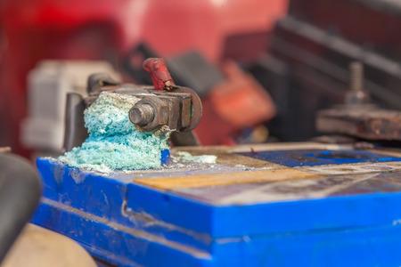 Corrosione costruire su terminali della batteria auto