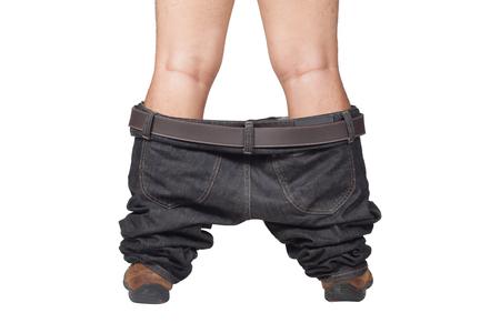 pantalones abajo: Cogido con sus pantalones abajo - el hombre en los zapatos y los pantalones vaqueros de color marrón se dejó caer de pie en el suelo, aislado en el fondo blanco