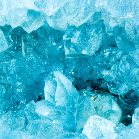アクアマリン色の球果の断面スライス詳細マクロ。美しい天然水晶宝石。すぐ極端なマクロ撮影を。 写真素材