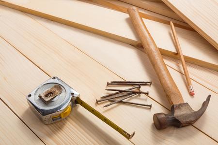 Timmerwerkhulpmiddelen op houten achtergrond, hoogste mening. Lege ruimte voor uw tekst Stockfoto