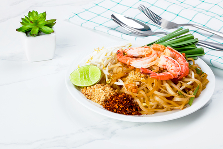 Dish of stir fried pad thai noodle with shrimp and mixed vegetable Standard-Bild