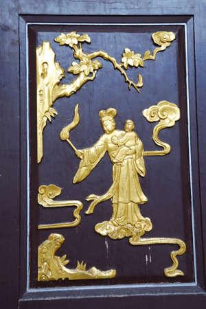 tallado en madera: Se trata de una talla de madera en China Foto de archivo