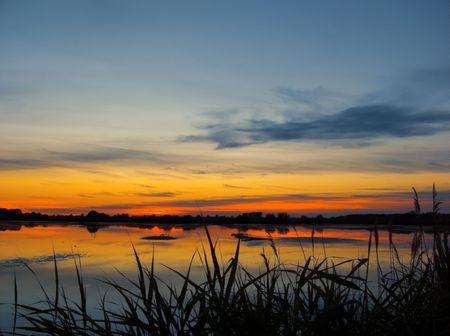 在湖日落之后