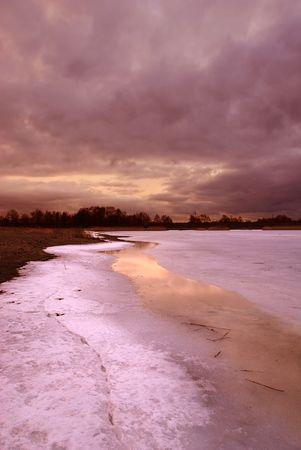 frozen lake: Zonsondergang bij een bevroren meer