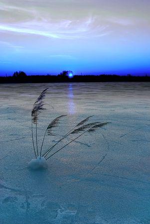 frozen lake: Bevroren meertje bij zonsondergang