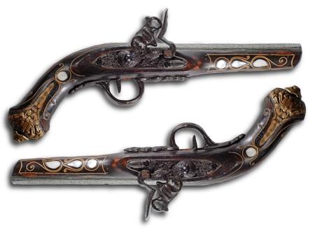 flint gun: Antiguo flintlock pistolas aisladas sobre fondo blanco