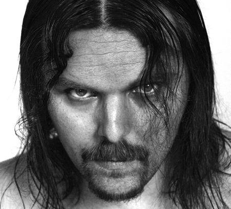 b�se augen: B & W Portr�t eines jungen Mannes mit langen Haaren und Bart