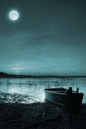luz de luna: Luna y las estrellas en un barco por un lago