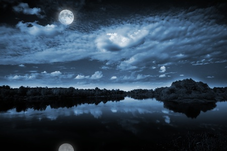 noche y luna: Hermosa luna llena, que se refleja en un lago