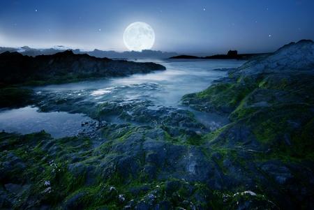 castle rock: Luna llena sobre la costa de Cornualles, Reino Unido