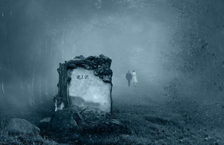 tumbas: Pareja de novios a pie de una tumba en un bosque