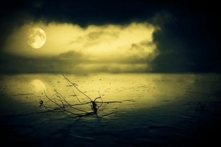 luz de luna: Lago congelado en luz de la luna con las nubes tormentosas Foto de archivo