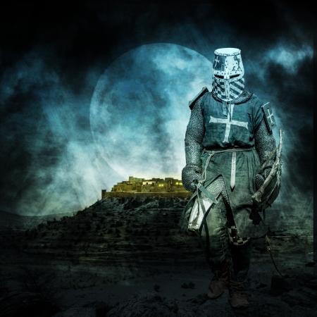 Middeleeuwse kruisvaarder lopen 's nachts met de maan op de achtergrond