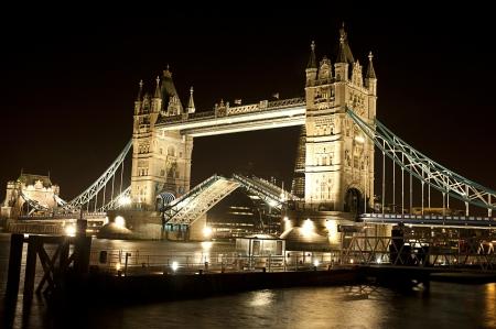 London Bridge nuit ouverte Banque d'images