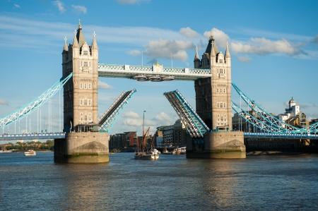 Tower Bridge ouvert � Londres avec Olimpic Ring, Royaume-Uni