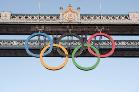 Anneau Olympique sur Tower Bridge � Londres, Royaume-Uni