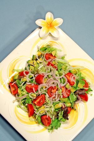 frangipani 플래터에 큰 던져 샐러드입니다.