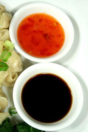 sumas: Salsa de soja dulce y chile se sumerge salsas.