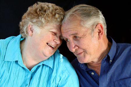 pareja de esposos: Senior pareja casada disfrutar de la compa��a de los dem�s.