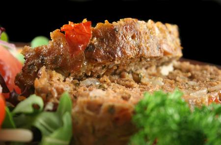 Meatloaf doméstica cordero con verduras y ensalada.  Foto de archivo