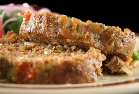Doméstica pastel de carne de cordero con verduras y ensalada.