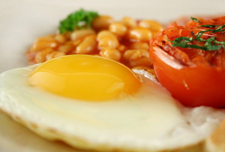 bacon baked beans: Breakfast of grilled bacon, tomato, egg and baked beans.