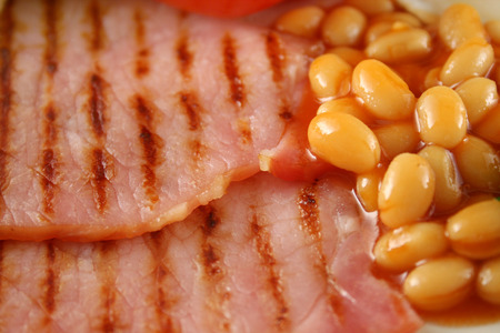 bacon baked beans: Breakfast of grilled bacon and baked beans.