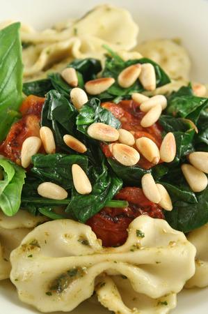 pignons de pin: P�tes au pesto et aux �pinards, tomates cerises et de noix de pin.