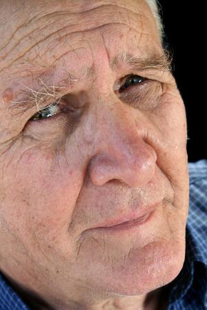 earnest: Senior hombre con una mirada preocupada y preocupado.