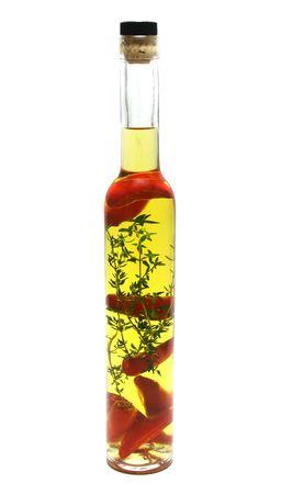 aceite de oliva: Chiles rojos y tomillo preservados en una botella de aceite de oliva.