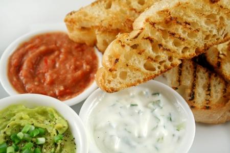 Délicieux trio de couleurs et de creux avec du pain grillé turc.